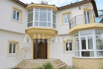 Three bedroom villa in walking distance to a sandy beach