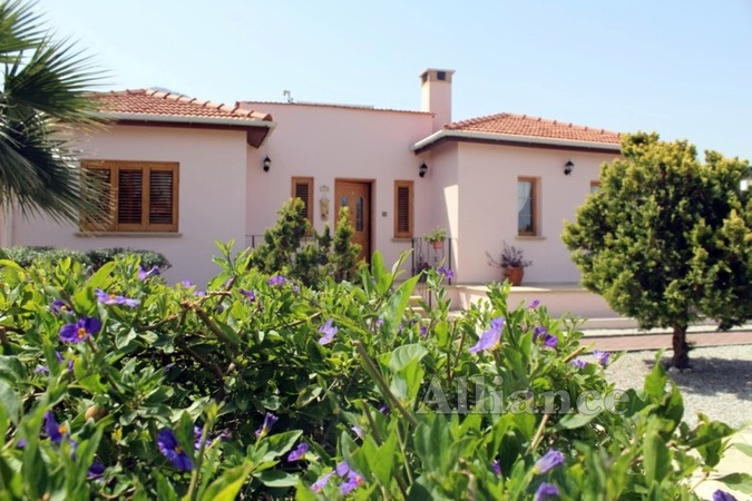 Bungalow for sale in Karsiyaka - impeccable condition, 1 donum of land