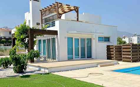 Luxury villa 4 + 1 with pool by the sea