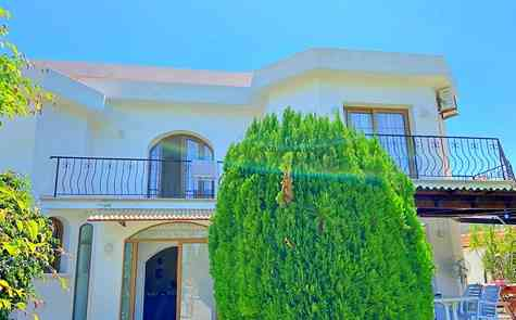 Spacious 3 bedroom villa with pool on a large plot of land