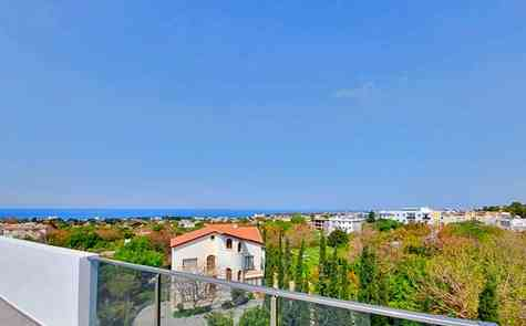 Penthouse with two bedrooms and a spacious terrace in a small cozy complex in Lapta.