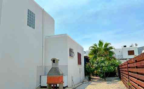 Well maintained three bedroom villa in a complex on the sea
